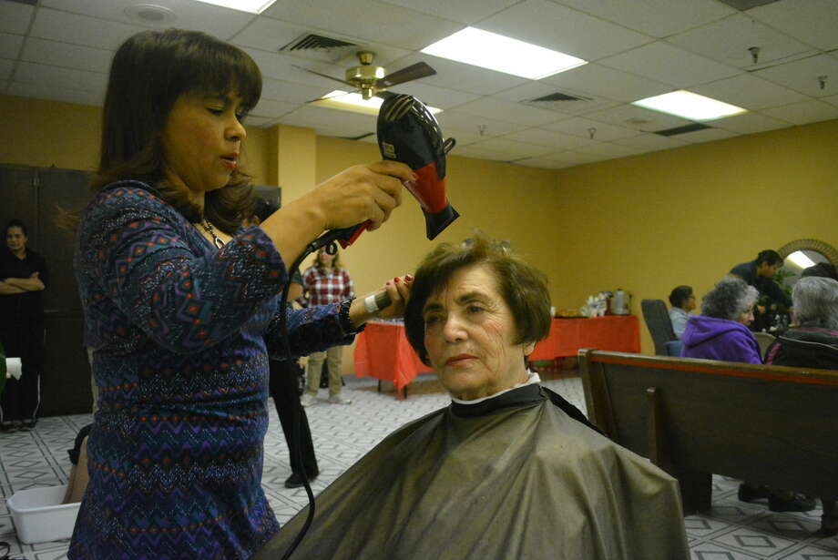 "Hairdresser Martha Segura styles Maria Elena's hair just in time for Valentine's Day. Elena was among the seniors who took part in a special ""Make-Over Day"" on Friday made possible by Plainview's Our Lady of Guadalupe's outreach group, ""Levantate."" Photo: Homer Marquez/Plainview Herald"