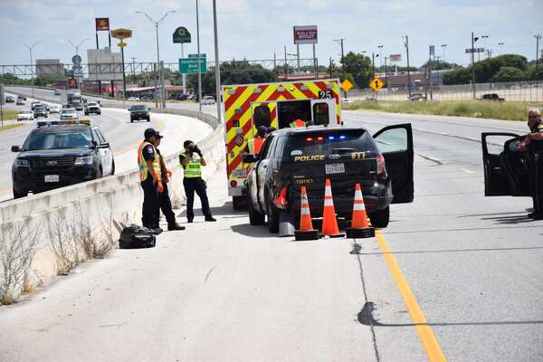 SAPD officer hospitalized after 3-car crash shuts down