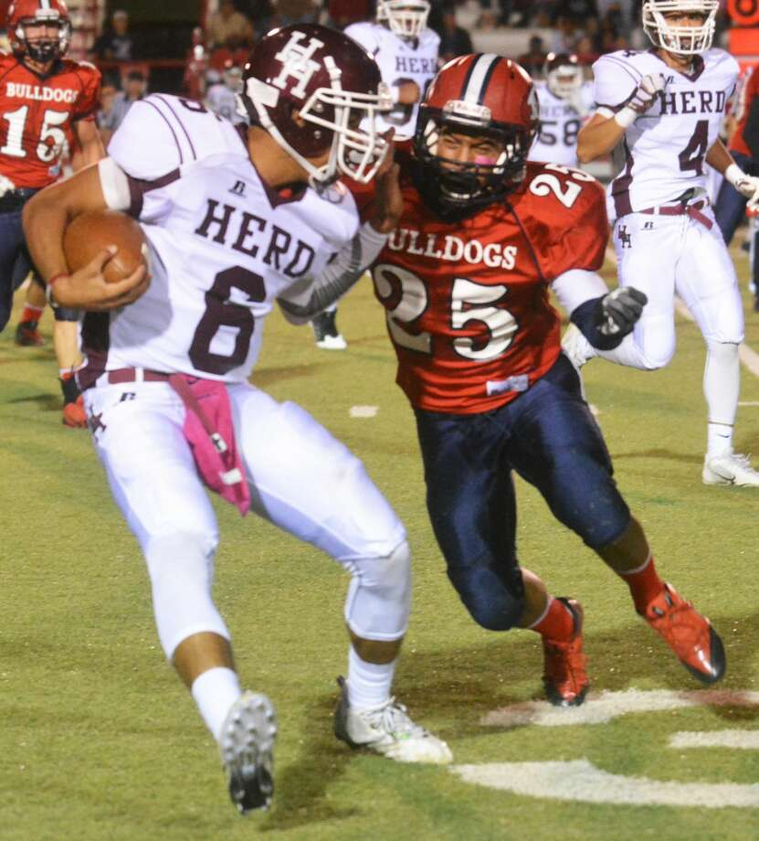 Plainveiw defensive back Danny Martinez (25) runs down Hereford quarterback Payton Gonzales during a football game last week. The Bulldogs are off this week before they begin district play next Friday at home against Abilene Cooper. Photo: Skip Leon/Plainview Herald