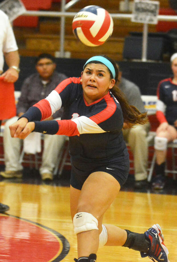 Plainview's Jackie Perez lunges to dig out a Lubbock High hit during a District 4-5A volleyball match at the Dog House Tuesday night. Perez had 22 digs, some of the spectacular, diving variety to keep the ball alive. Photo: Skip Leon/Plainview Herald