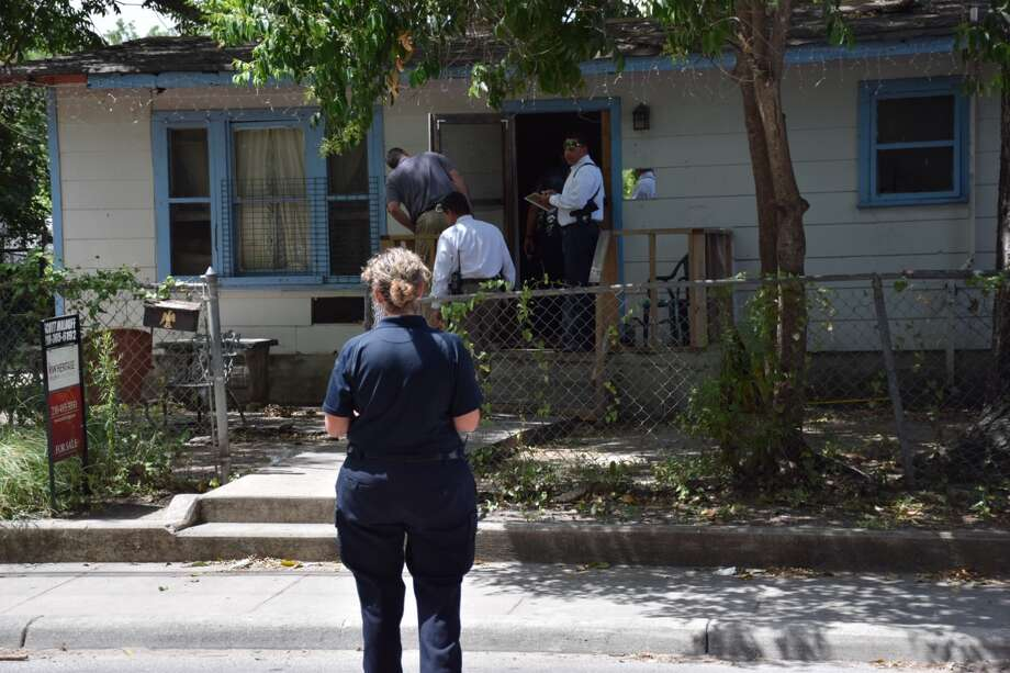 Police investigate a shooting at the 300 block of West Grayson Street, a few blocks from the Pearl Brewery, on Wednesday, July 20, 2016. Photo: Mark D. Wilson