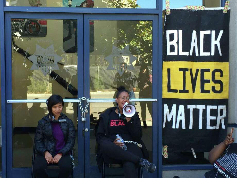 Black Lives Matter protesters locked themselves to the doors of the Oakland Police Officers' Association headquarters Wednesday, demanding the recall of Mayor Libby Schaaf and more money for housing and community centers. Photo: Jenna Lyons / The Chronicle / /