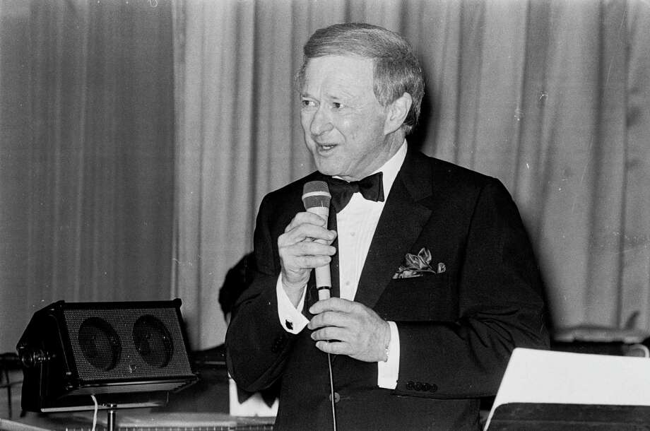 A tuxedoed Harold Farb croons at the Carlyle, Yorktown at Westheimer. Farb liked to belt out show tunes. Photo: Ben Desoto, Staff / Houston Chronicle