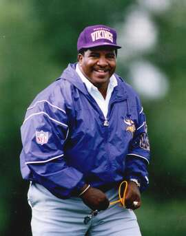 FILE - In this July 17, 1992, file photo, Minnesota Vikings coach Dennis Green is shownnam ja th au. Green, a trailblazing coach who led a Vikings renaissance in the 1990s and also coached the Arizona Cardinals, has died. He was 67. Green�s family posted a message on the Cardinals website on Friday, July 22, 2016,  announcing the death.(Jerry Holt/Minneapolis Star Tribune /Star Tribune via AP)