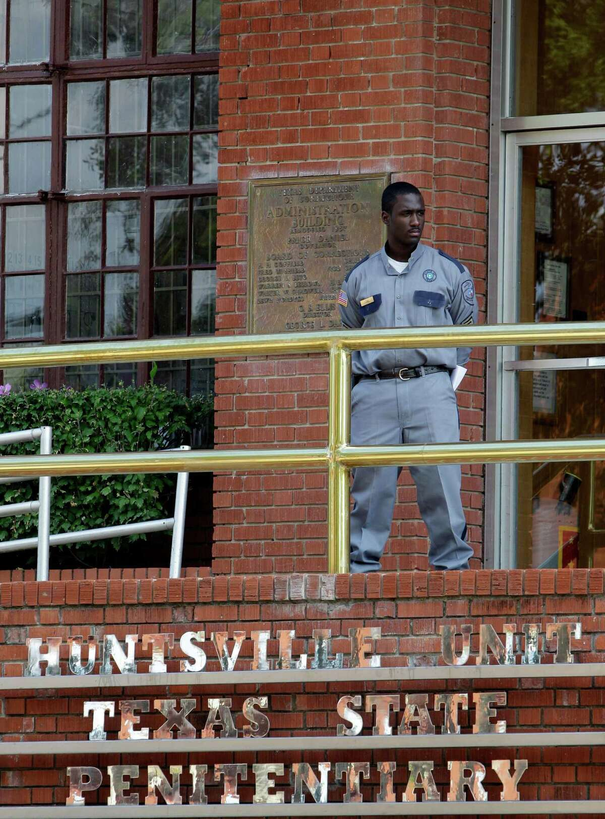 A corrections officer keeps watch outside the Texas Department of Criminal Justice Huntsville Unit in Huntsville, Texas. (AP file photo)