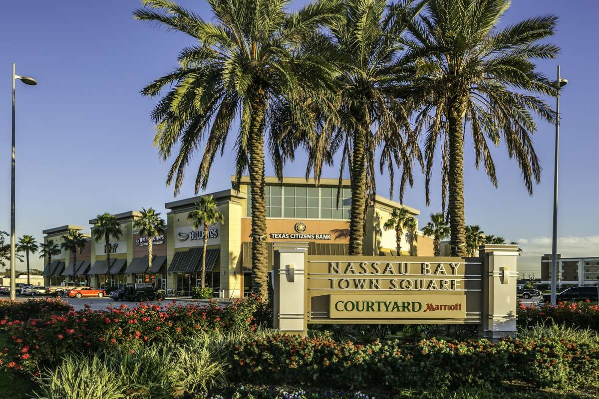 Griffin Partners has sold the Nassau Bay Town Square retail center. (JLL photo)