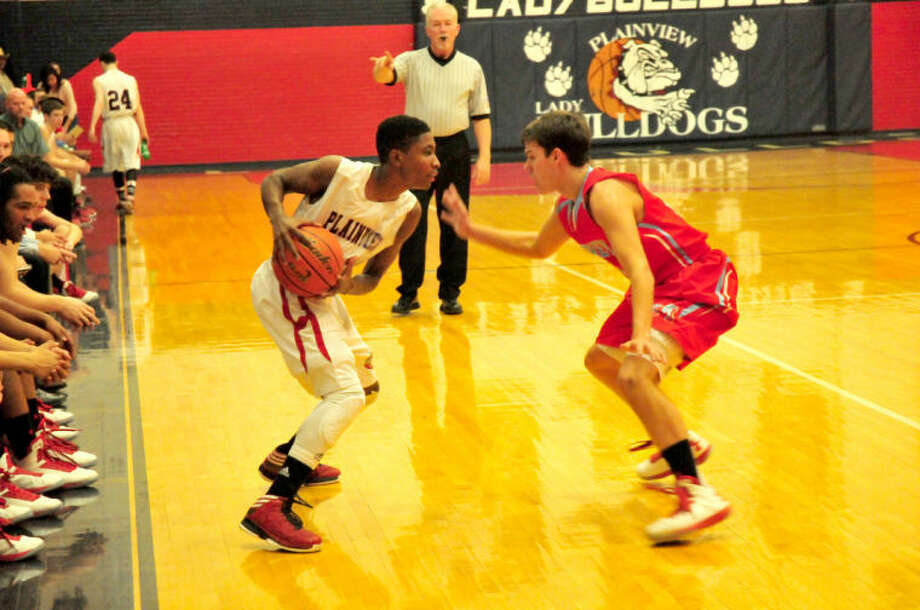 Bulldog Marvin Clayborne tries to break ankles during Plainview's district game against the Monterey Plainsmen. Photo:  Homer Marquez/Plainview Herald