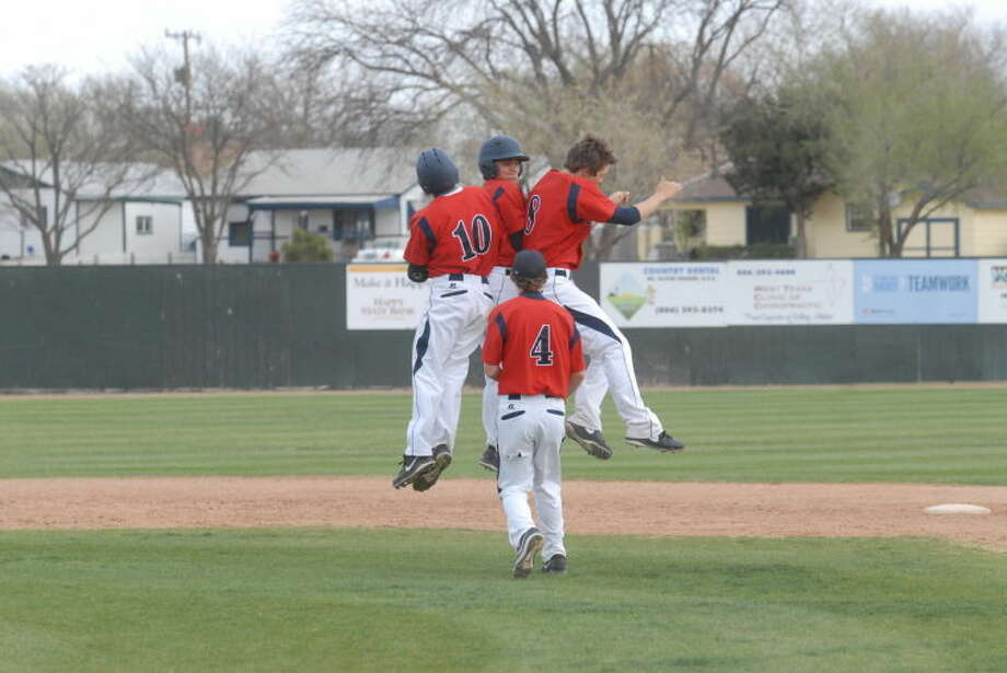Bulldogs sweep Herd in three-game series, Dogs 12-1 in district Photo: Homer Marquez/Plainview Herald