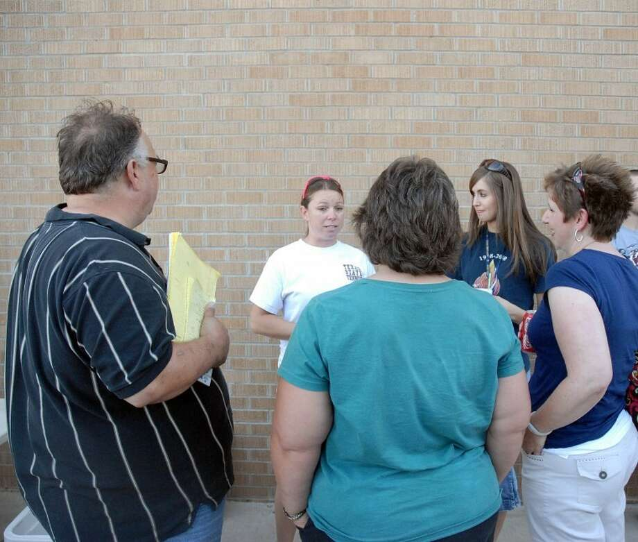 New Plainview head tennis coach Ashley Ellis (back, left) and new assistant Sharon Anderson talk with parents during a meet-and-greet at the Plainview High School tennis complex on Tuesday. Photo: Ryan Thurman/Plainview Herald