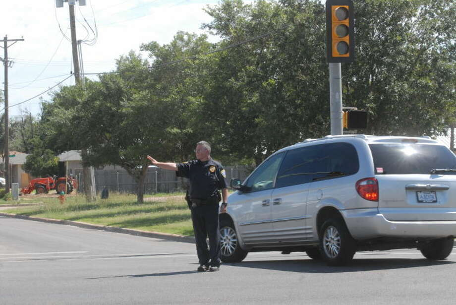 Plainview Police Captain Derrick McPherson directs traffic at 5th and Yonkers during Wednesday's power outage. Photo: Homer Marquez/Plainview Herald