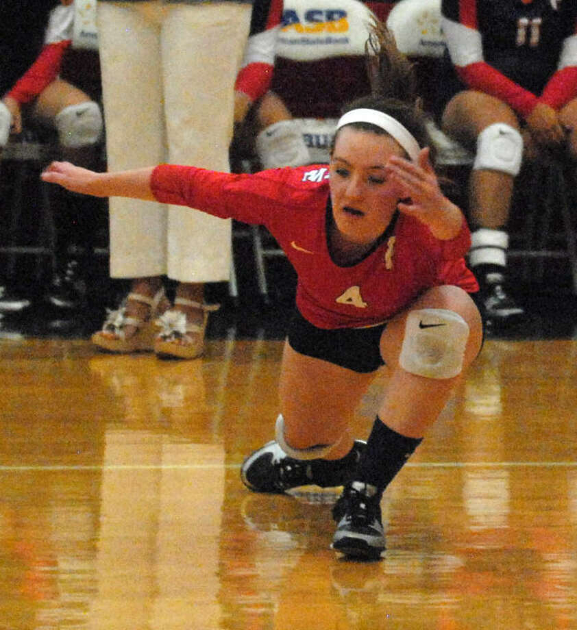 Plainview libero Meredith McDonough lunges in an attempt to corral a Randall hit during a non-district volleyball match at the PHS gym Tuesday night. Photo: Skip Leon/Plainview Herald
