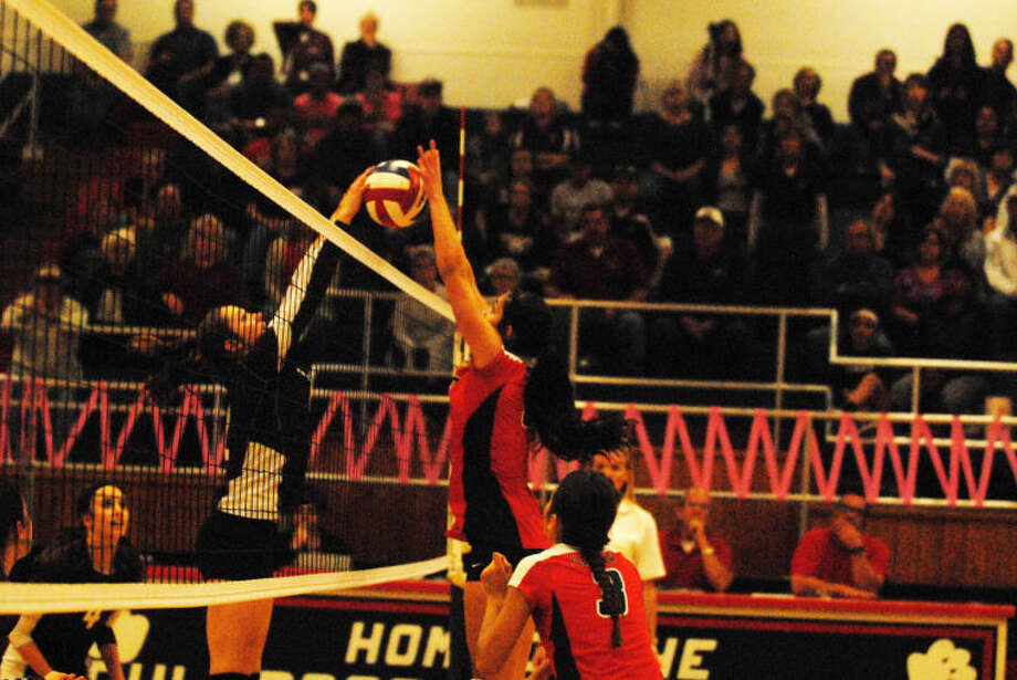 Plainview's Karli Wheeler (right) and Hereford's Maddie O'Rand battle at the net during a District 4-4A volleyball match at the PHS gym Tuesday night. Photo: Skip Leon/Plainview Herald