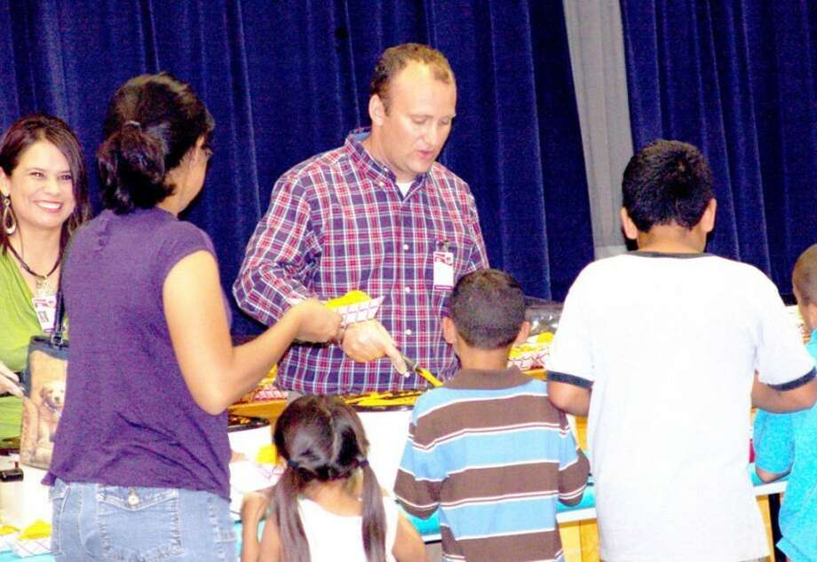 Lakeside Principal Sylvia Suarez (left) and Assistant Principal Ed Berngen help serve nachos, drinks and cookies to families attending back-to-school night at Lakeside on Tuesday. Photo: Yesenia Pardo Lakeside Fifth Grade