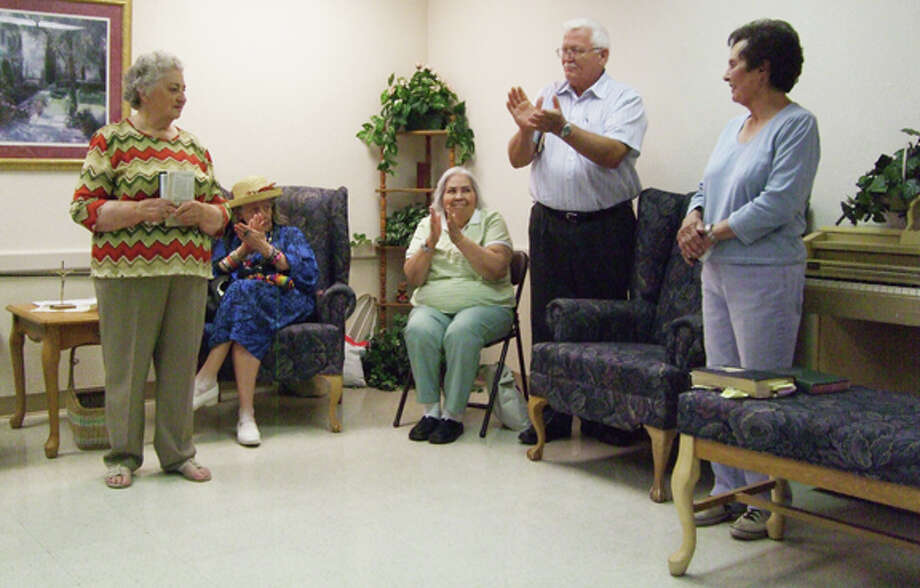Retired pastor Neil Unwin leads the applause for the retiring volunteers. Photo: Gail M. Williams | Plainview Herald