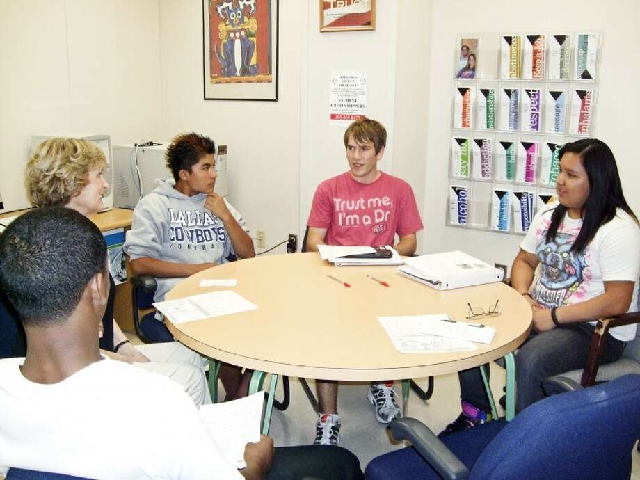 Nicki BruceLogan/Plainview HeraldJane Lewellen(second from left) visits with high school students she taught whenthey were in the second grade, Terrence Springer (left),Christopher Salinas, Mathew Little and Jamie Gomez.