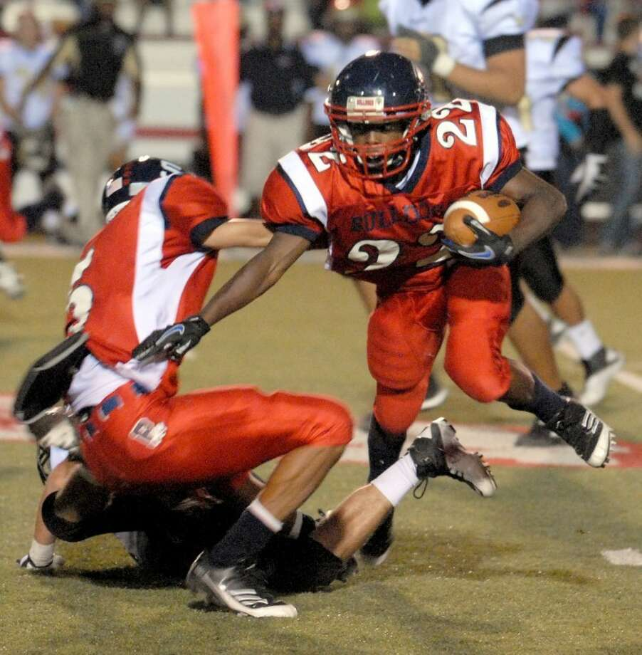 Plainview Bulldog running back Shirmar Jennings (22) runs during the Bulldogs' game against the Big Spring Steers at Greg Sherwood Memorial Bulldog Stadium on Friday. Jennings rushed for 152 yards and two touchdowns to help the Bulldogs to a 27-16 win. Photo: Richard Porter/Plainview Herald