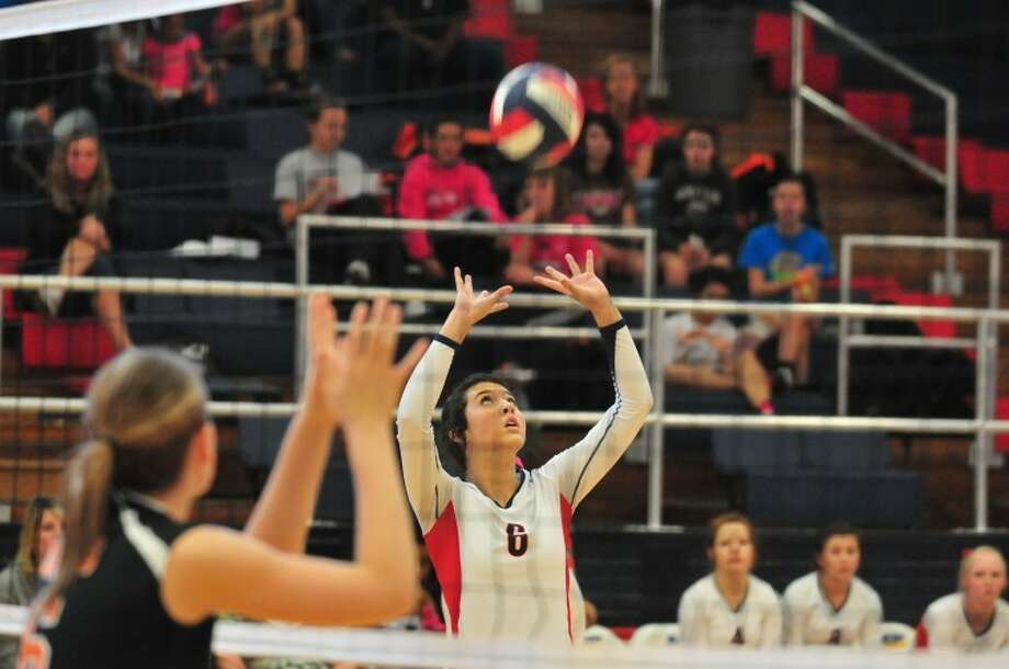 Plainview Bulldog sophomore Shalee Bennett (6) makes a set during a District 3-4A match against the Dumas Demonettes on Saturday in the DogHouse. Photo: Ryan Thurman/Plainview Herald