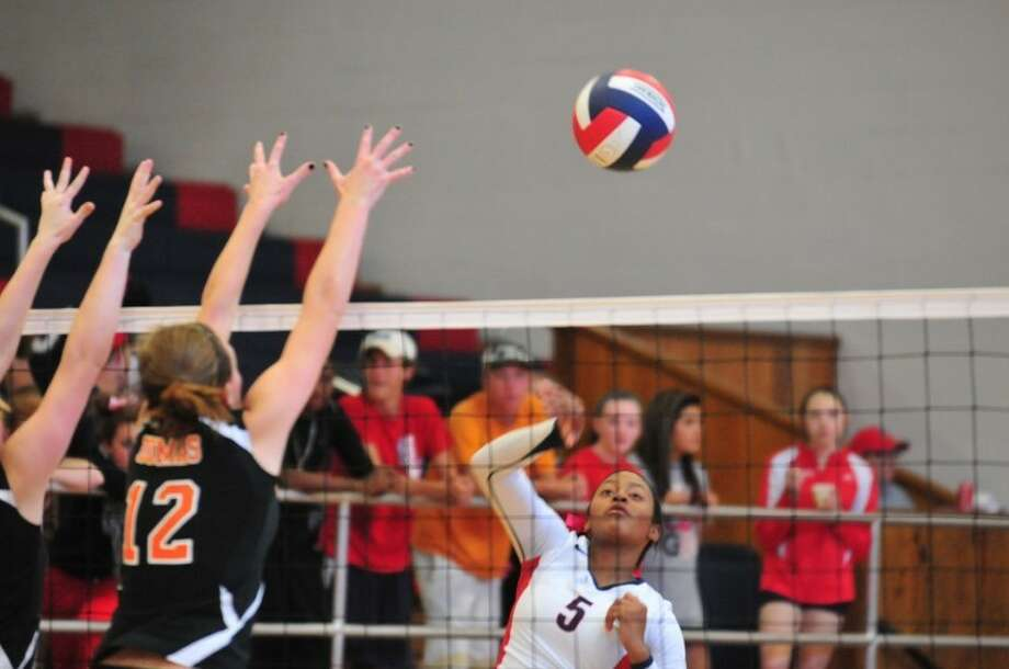 The Plainview Lady Bulldogs' Taivia Hearn puts an attack past Dumas blockers during Plainview's home finale Saturday at the DogHouse. Photo: Ryan Thurman/Plainview Herald
