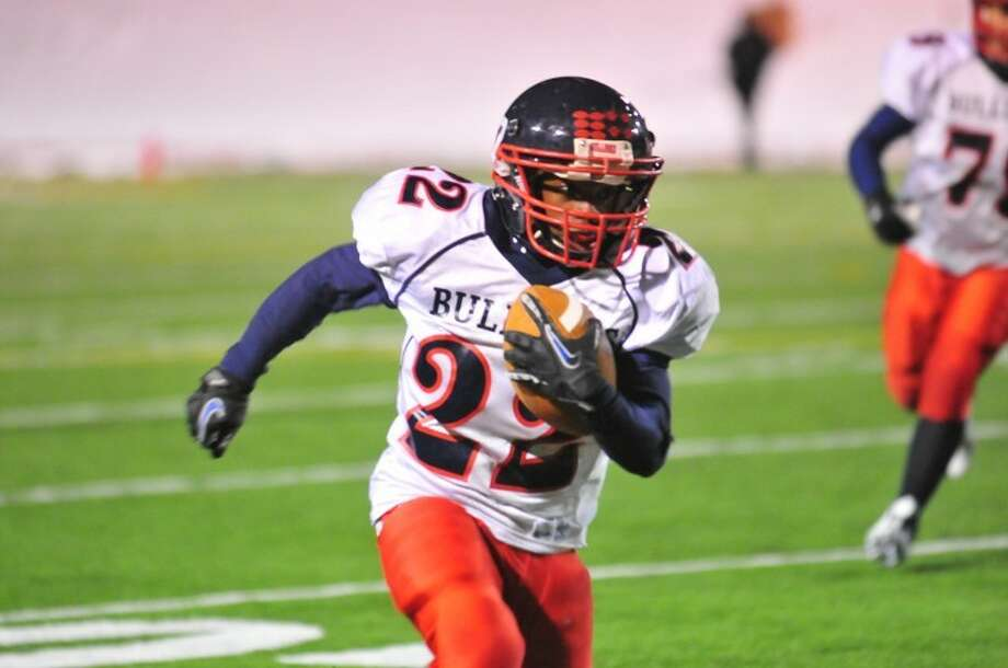 Plainview Bulldog junior running back Shirmar Jennings runs during a District 3-4A game against the Caprock Longhorns on Thursday night at Dick Bivins Stadium in Amarillo. Jennings rushed for 194 yards, but the Bulldogs lost 55-14. Photo: Ryan Thurman/Plainview Herald