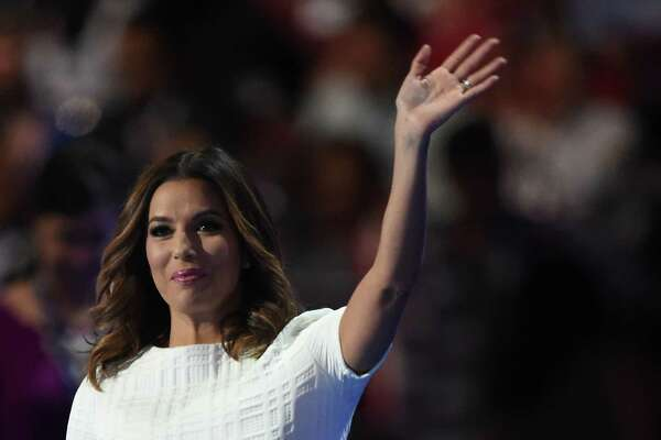 Eva Longoria waves during Day 1 of the Democratic National Convention at the Wells Fargo Center in Philadelphia, Pennsylvania, July 25, 2016. / AFP PHOTO / Robyn BECKROBYN BECK/AFP/Getty Images