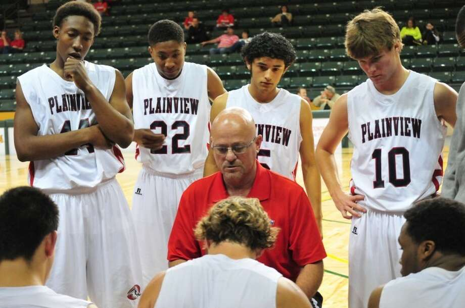 Bulldog head coach Leon Hagerman goes over strategy with the boys during Thursday's game. Photo: Doug McDonough/Plainview Herald
