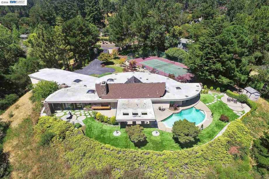 Kind of space station, kind of Palm Springs: the estate in aerial view. Photos: MLS/Estately