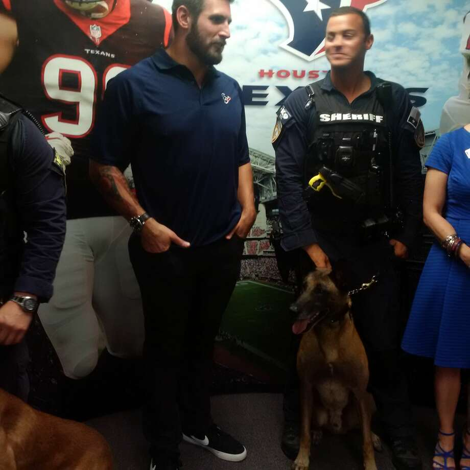 Texans linebacker John Simon spent time Thursday at am appreciation lunch at the Harris County Sheriff's Office. Photo: Aaron Wilson / Houston Chronicle