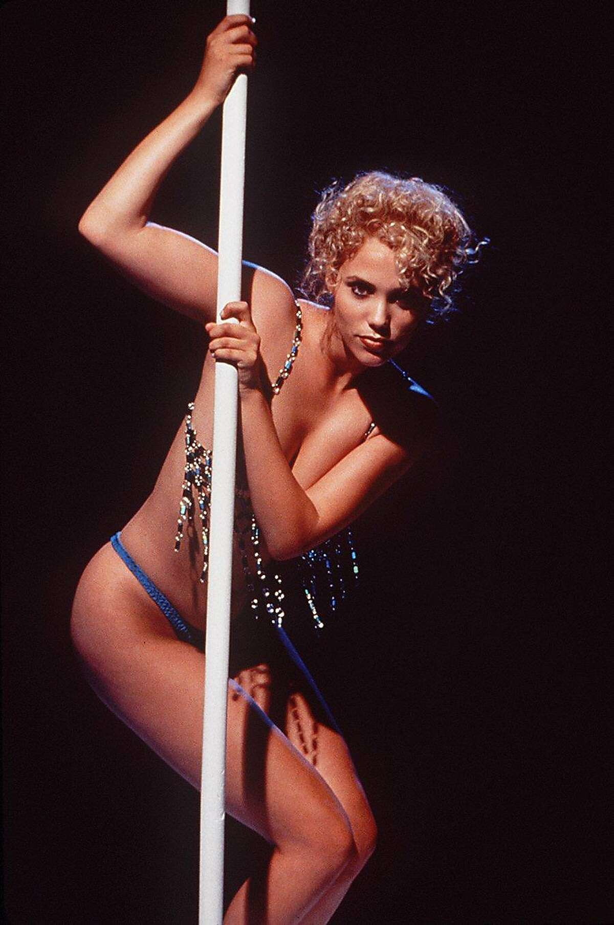SHOWGIRLS/C/11SEP95/PK/HO-This is a movie still from SHOWGIRLS. PICTURED IS ACTRESS ELIZABETH BERKLEY. PHOTO BY DOUGLAS KIRKLAND/HANDOUT ALSO RAN 12/26/02 Ran on: 08-01-2004