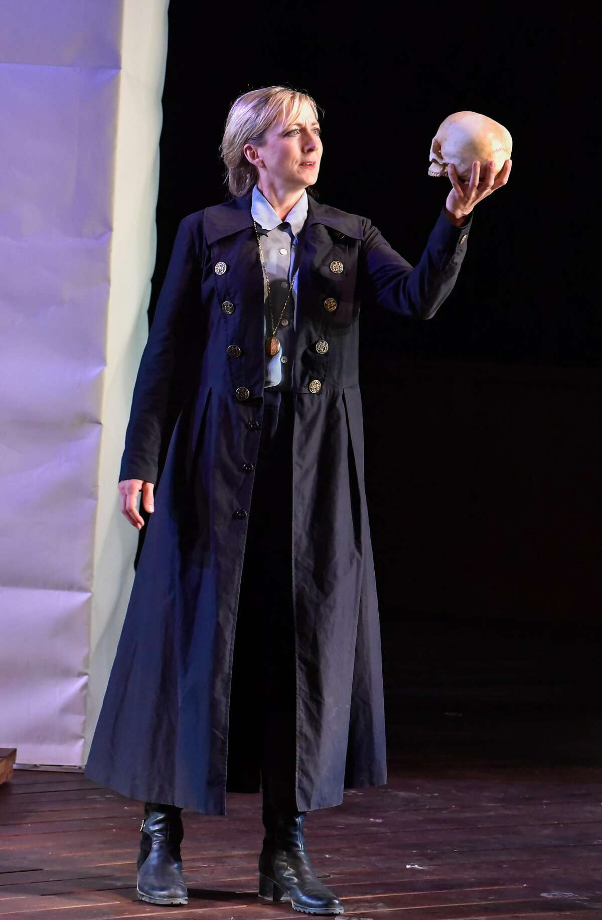 Hamlet (Kate Eastwood Norris)�laments the loss of Yorick.