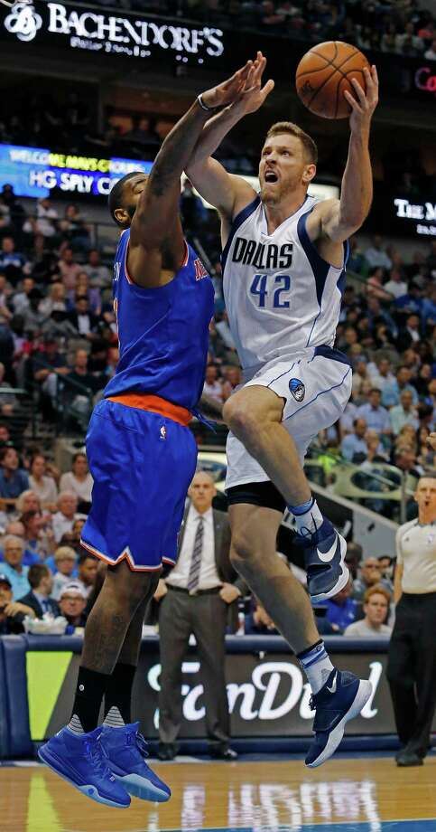 The New York Knicks' Kyle O'Quinn (left) defends a drive by the Mavericks' David Lee (42) in the first period on March 30, 2016, at the American Airlines Center in Dallas. Photo: Paul Moseley /Fort Worth Star-Telegram / Fort Worth Star-Telegram