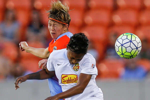 Houston Dash defender Rebecca Moros (4) and Western New York Flash forward Taylor Smith (11) go up for a header as the Houston Dash take on the Western New York Flash Saturday, July 30, 2016 in Houston. ( Michael Ciaglo / Houston Chronicle )