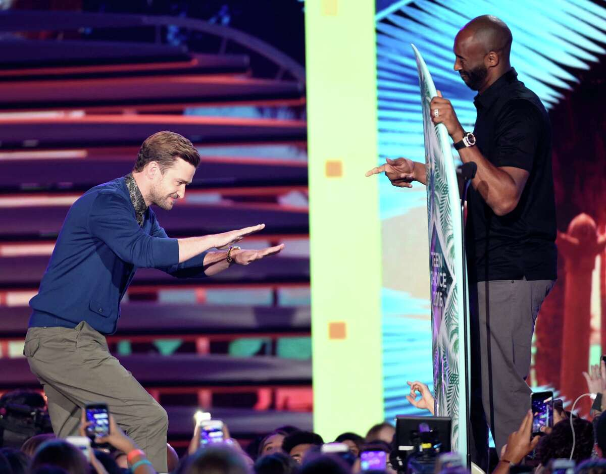 Kobe Bryant, right, presents the decade award to Justin Timberlake at the Teen Choice Awards at the Forum on Sunday, July 31, 2016, in Inglewood, Calif. (Photo by Chris Pizzello/Invision/AP)