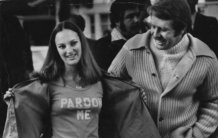 """Patricia Hearst, alongside fiance and former bodyguard Bernard Shaw, shows the press her """"Pardon Me"""" T-shirt. She was later pardoned by President Bill Clinton. Photo: Gary Fong, The Chronicle"""