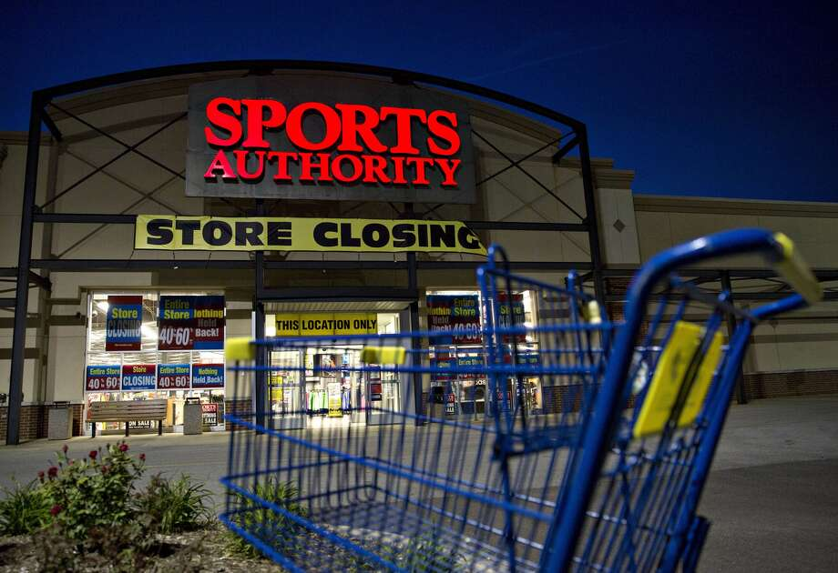 FILE - A shopping carts stands outside of a Sports Authority Inc. store in Matteson, Illinois, U.S., on May 24, 2016. Photo: Daniel Acker, Bloomberg