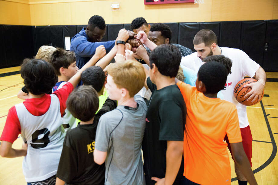 Former Notre Dame star and current Chicago Bull Jerian Grant leads a huddle at the St. Lukes Basketball camp in New Canaan, Conn. on Saturday, July 30, 2016. Photo: Chris Palermo / For Hearst Connecticut Media / Stamford Advocate freelance