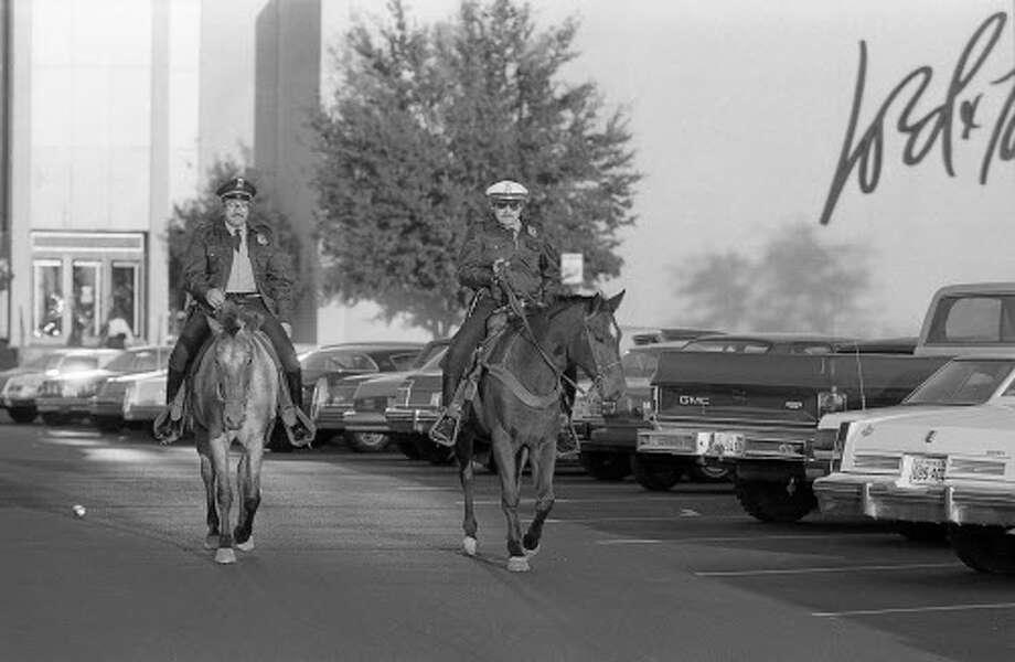 11/25/1983 - Houston Police mounted officers patrol Greenspoint Mall parking lot on horseback. Photo: Ben DeSoto, Houston Chronicle / Houston Chronicle