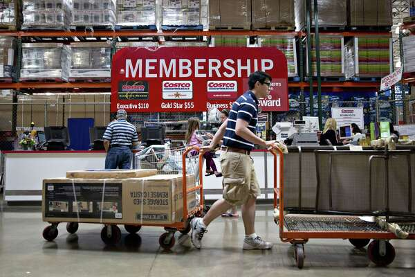 A customer pushes a cart of outdoor items past a membership desk at a Costco Wholesale Corp. store in Naperville, Illinois, U.S., on Monday, May 23, 2016. Costco Wholesale Corp., the largest U.S. warehouse-club chain, is scheduled to report quarterly earnings figures on May 25. Photographer: Daniel Acker/Bloomberg