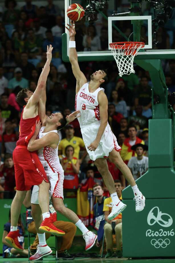RIO DE JANEIRO, BRAZIL - AUGUST 07:  Dario Saric #9 of Croatia blocks Pau Gasol #4 of Spain during a Men's preliminary round basketball game between Croatia and Spain on Day 2 of the Rio 2016 Olympic Games at Carioca Arena 1 on August 7, 2016 in Rio de Janeiro, Brazil.  (Photo by Elsa/Getty Images) *** BESTPIX *** Photo: Elsa / 2016 Getty Images