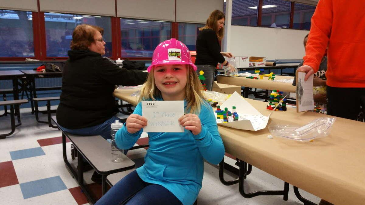 Logan Derosier, de 6 años de edad, estudiante de primer grado en la Escuela Primaria Watervliet participa en el Capítulo del Distrito Capital de la Asociación Nacional de Mujeres en la Construcción (NAWIC) será el anfitrión de un evento Block Kids en la Escuela Primaria Watervliet el 19 de enero de 2016.
