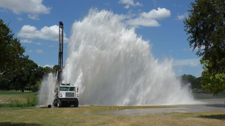 Water shoots into the air from a water main break on Olmos Golf Course on Monday, August 8, 2016. Photo: John W. Gonzalez, San Antonio Express-News