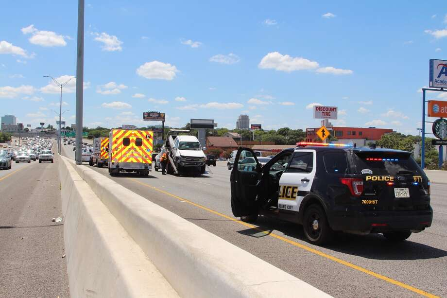 San Antonio emergency crews respond to the scene of a wreck on Loop 410 near Vance Jackson on Monday, August 8, 2016. Photo: Tyler White/San Antonio Express-News