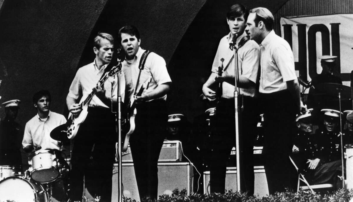 UNITED STATES - OCTOBER 19: HOLLYWOOD BOWL Photo of BEACH BOYS, Editorial Use Only - No Commercial Use Permitted - L-R: Dennis Wilson, Al Jardine, Carl Wilson, Brian Wilson, Mike Love (Photo by Gems/Redferns)