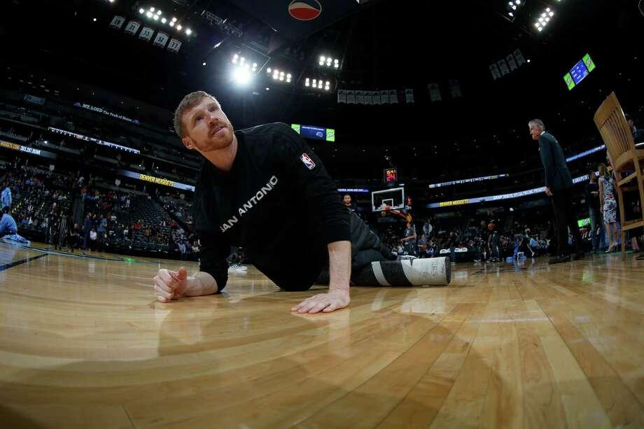 Spurs center Matt Bonner stretches before a game on April 8, 2016, in Denver. Photo: David Zalubowski /Associated Press / AP