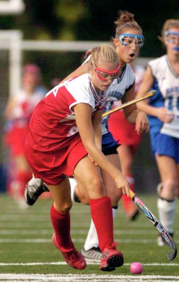 GHS star Marlotte van den Bergh gets to a loose ball against Darien High in 2006. Photo: Paul Desmarais / Hearst Connecticut Media / 00000791A