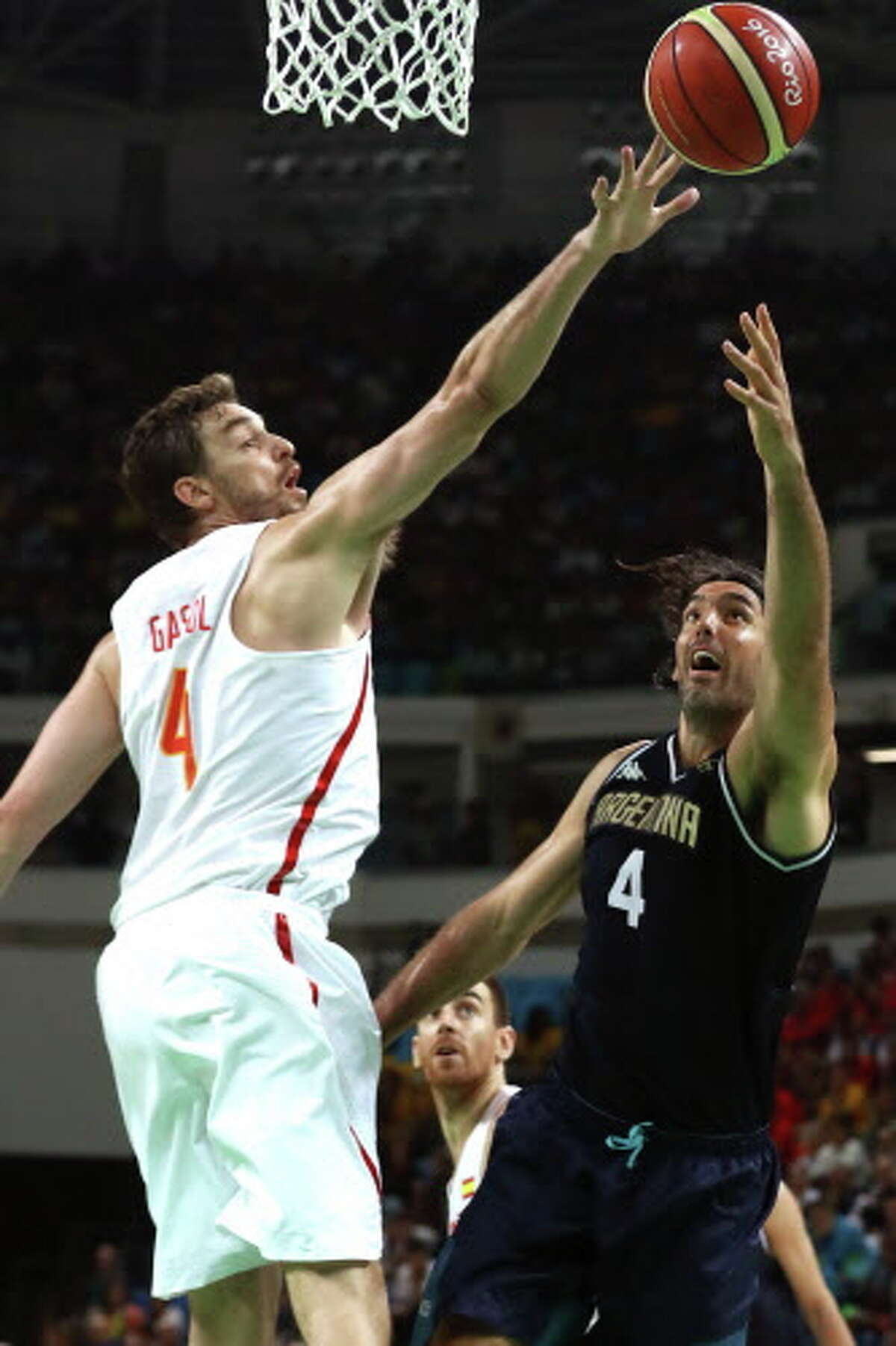 RIO DE JANEIRO, BRAZIL - AUGUST 15: Luis Scola #4 of Argentina shoots against Pau Gasol #4 of Spain during a Men's Basketball Preliminary Round Group B game between Spain and Argentina on Day 10 of the Rio 2016 Olympic Games at Carioca Arena 1 on August 15, 2016 in Rio de Janeiro, Brazil. (Photo by Sean M. Haffey/Getty Images)