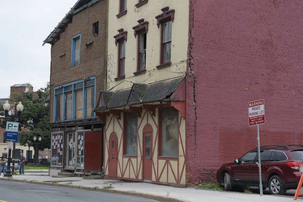 Hudson Avenue is shut down due to a building in danger of falling at 50 Hudson Ave., Albany. A large crack is visible down the side. (Paul Buckowski/Times Union)