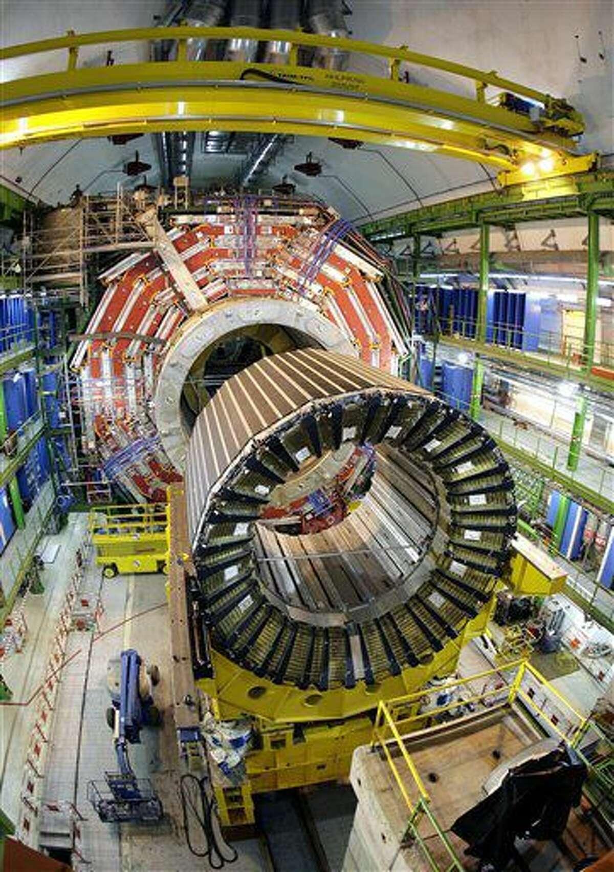 ARCHIVO - Fotografía de archivo del 22 de marzo de 2007 muestra el núcleo del superconductor solenoide magnético más grande del mundo en el acelerador de partículas del Gran Colisionador de Hadrones de la Organización Europea para la Energía Nuclear, en Ginebra, Suiza. (AP Foto/Keystone, Martial Trezzini, archivo)