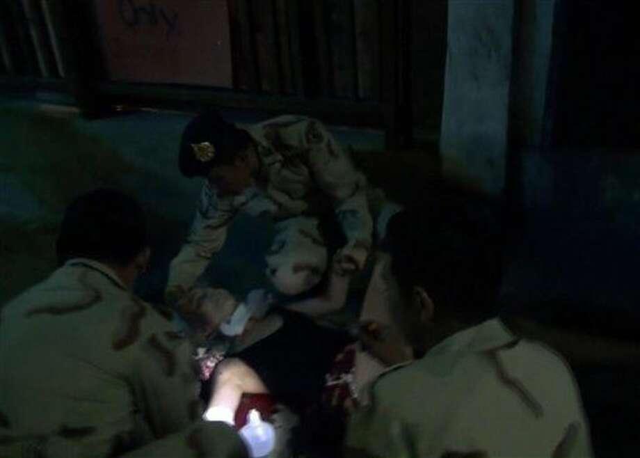 Foto tomada de un video de médicos asistiendo a una mujer herida tras un ataque con explosivos en Hua Hin, Tailandia el 11 de agosto del 2016. Photo: Uncredited