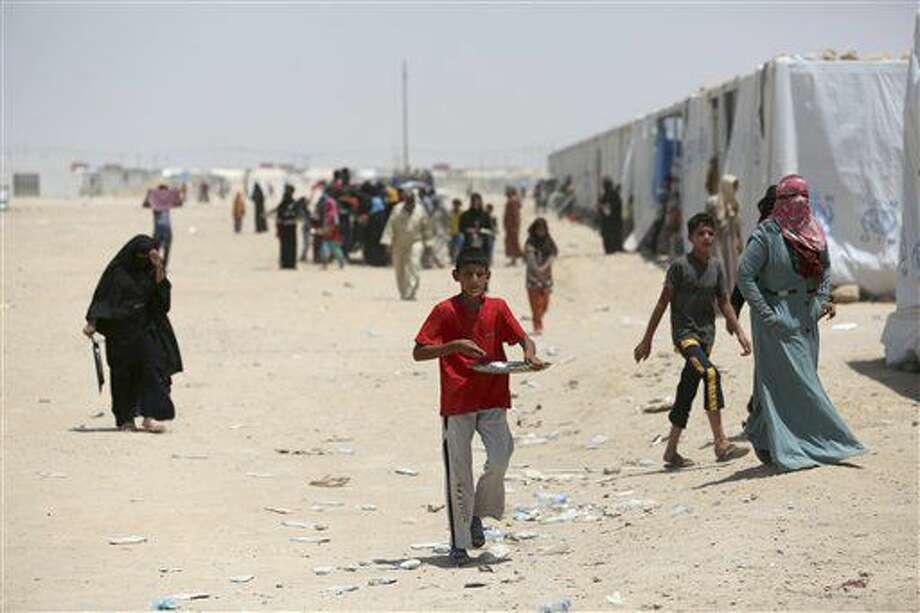 En esta imagen tomada el sábado 25 de junio de 2016, civiles desplazados dentro de Irak que huyeron de sus hogares por los combates entre tropas iraquíes y el grupo Estado Islámico, en un campamento en Amariyah Fallujah, Irak. (AP Foto/ Khalid Mohammed) Photo: Khalid Mohammed