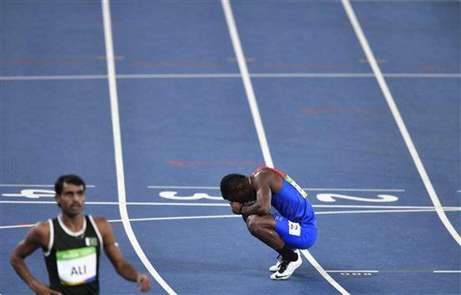 El costarricense Nery Brenes, derecha, descansa tras competir en una preliminar de los 400 metros de hombres dentro de las competencias del atletismo de los Juegos Olímpicos de Río de Janeiro, Brasil, el viernes 12 de agosto de 2016. (AP Foto/Martin Meissner) Photo: Martin Meissner